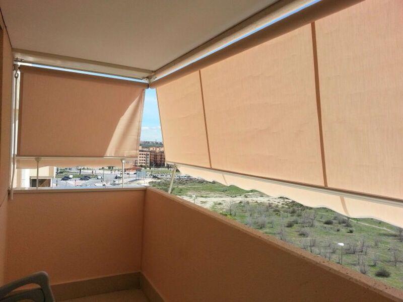 Toldos verticales toldos roama tel 91 477 18 00 for Brazos para toldos balcon