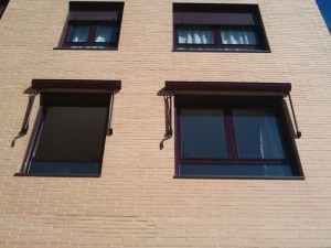 Es el toldo ideal para las ventanas, con su cofre queda protegido del agua en invierno y con los brazos de tension no permite que se este moviendo con el aire continuamente.