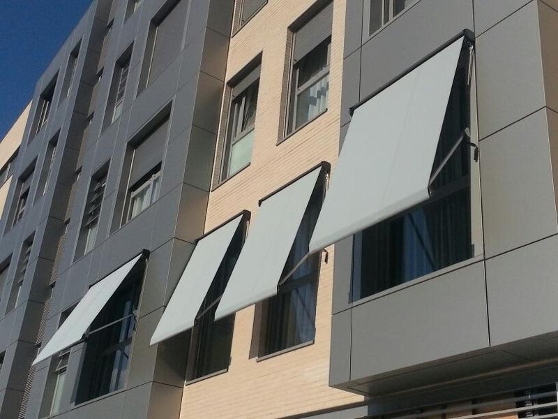 Instalaci n de toldos cofre toldos roama tel 91 477 18 00 for Toldos de lona para balcones